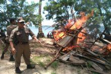Ini Foto-Foto Ketika Aparat Pemko Padang Bakar Pondok Baremoh dan Segel Kafe Ilegal di Bukit Lampu