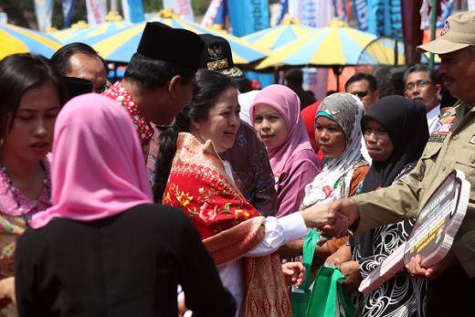 Menko PMK Puan Maharani Serahkan Bantuan Senilai Rp 3,5 M