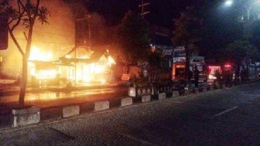 Diduga Kompor Gas Meledak, RM Nasi Padang Ludes Terbakar