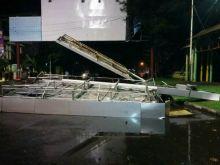 Kota Padang Dilanda Angin Kencang Disertai Hujan, Lampu Padam dan Ada Baliho Tumbang Timpa Sepeda Motor