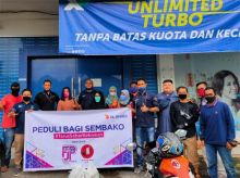 Peduli Masyarakat Terdampak Pandemi, XL Axiata Bagikan Sembako di Padang