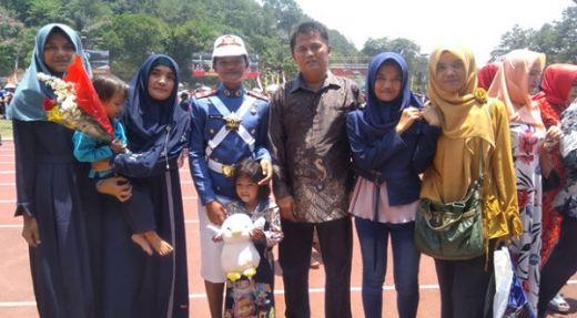 Hebat... Putri Sopir Truk asal Padang Jadi Lulusan Terbaik Akademi Angkatan Laut di Magelang