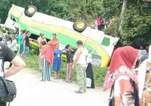 Bus Terbalik di Jalan Menuju Objek Wisata Cinangkiak Solok