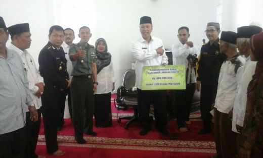 Prajurit TNI Kodim 0307/Tanah Datar Bagikan Zakat Kepada yang Berhak
