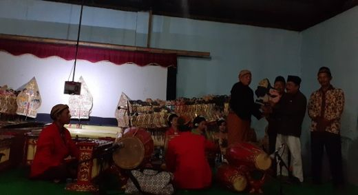 Meriahkan Acara Bersih Desa, Warga Padang Bintungan Gelar Wayang Semalam Suntuk