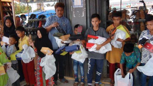 GSB Dharmasraya Bawa Anak Yatim ke Toko Pakaian untuk Memilih Sendiri Baju dan Sepatu yang Disukai