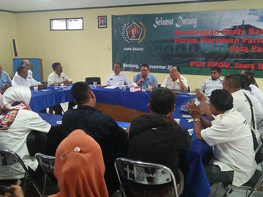 Sekretariat Humas DPRD Padang dan PWI Jabar Saling Berbagi Ilmu