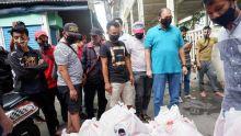 Mudik Dilarang, IKM Bagi-bagi Sembako ke Perantau Minang di Pasar Tanah Abang