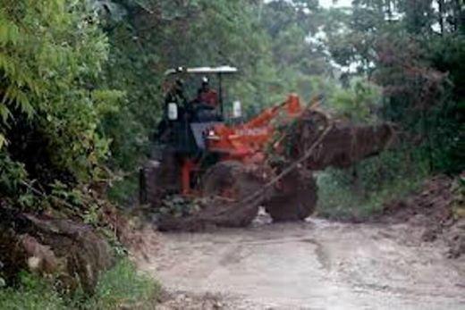Minggu Pagi Ini, Tim Penyelamat Lanjutkan Pembersihan Material Longsor di Palupuh Kabupaten Agam