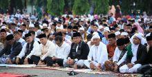 Ribuan Masyarakat Dharmasraya Padati Halaman Kantor Bupati, Laksanakan Shalat Idul Fitri