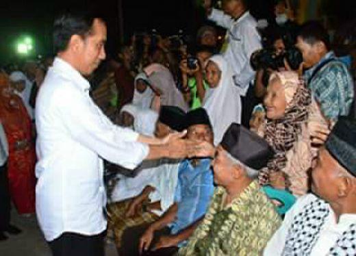 Terima Sembako dari Presiden, Warga Padang: Lebaran Kali Ini Lebih Meriah
