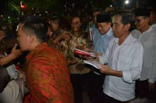 Usai Shalat Tarawih, Presiden Jokowi Blusukan ke Seberang Padang Bagikan Buku dan Paket Lebaran