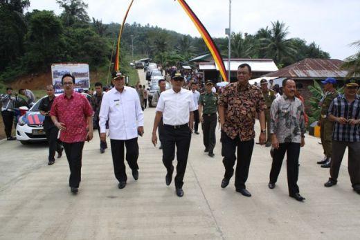 Kunjungi Tanah Datar, Gubernur Sumbar Resmikan Jembatan Rajo Mantari