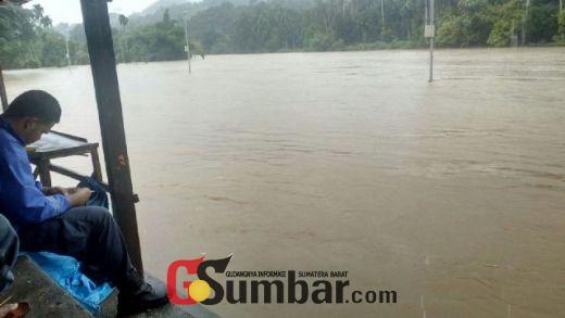 Tim BPBD Sumbar Bantu Pencarian Padri yang Tenggelam di Batang Mahek Pangkalan
