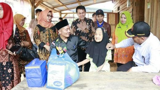 Wakil Bupati Dharmasraya Serahkan Bantuan kepada Para Lansia