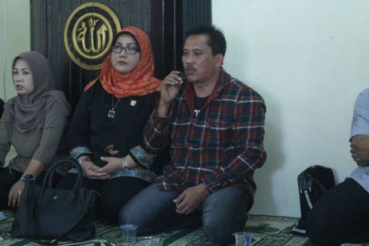 Anggota Komisi II DPRD Padang didamping Ketua Komisi II Elly Thrisyanti berdialog dengan warga Batu Gadang.