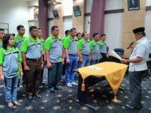 Wawako Emzalmi Kukuhkan Pengurus PBSI Kota Padang