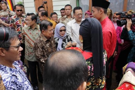 Wapres Jusuf Kalla Kunjungi Sentra Kerajinan Tenun Tanjung Modang Tanah Datar