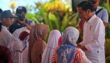 Kunjungan ke Solok dari Dharmasraya, Mobil Jokowi Berhenti 10 Kali, Ternyata Ini yang Dilakukannya