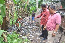 Sampah di Padang Pariaman, Tapi Dibersihkan Petugas dari Kota Padang