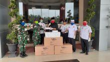 Dandim 0310/SSD Serahkan Bantuan 150 Stel APD dan 1.000 Masker ke Bupati Dharmasraya