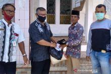 Pemkab Pesisir Selatan Serahkan Bantuan Sembako ke Marbot