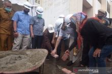 Bank Nagari Bangun Kios untuk Pedagang Buah di Padang Panjang