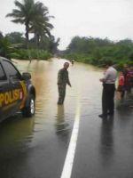 Digenangi Air, Jalan Lintas Sumbar - Riau Ini Lumpuh Total Selama 5 Jam