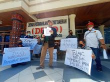 Diduga Intimidasi dan Ancam Wartawan, Puluhan Awak Media Gelar Aksi di Depan Gedung DPRD Bukittinggi