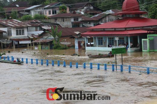 Inilah Foto Dahsyatnya Banjir Sungai Batang Hari Terjang Dharmasraya