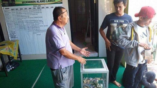 Pria Bertato Terekam CCTV Gasak Kotak Infak di Masjid Al Mukminin Padang