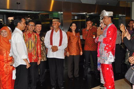 Presiden Jokowi saksikan pagar ayu berpakaian adat Minangkabau.