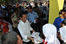 warga-kelurahan-ulak-karang-kota-padang-antusias-bertemu-presiden-jokowi