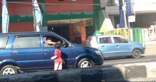 Paksa 3 Anaknya Mengemis, Seorang Ayah Ditangkap Satpol PP di Padang
