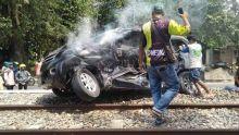 Kereta Api Wisata Tabrak Avanza di Pariaman, Terseret hampir 100 Meter, 2 Orang Terluka