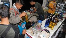 Satpol PP Kota Padang Sita Puluhan Botol Miras di Warung-warung Pinggir Jalan