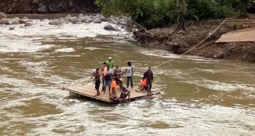 Rakit Ponton Terbalik, Petani Sawit Hilang Terseret Arus Sungai di Pasaman Barat