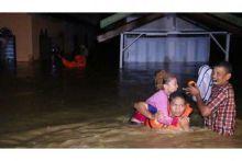 Malam Ini Banjir di Kota Padang Capai 1 Meter, Seorang Kakek Terjebak