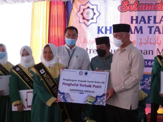 Gubernur Sumatra Barat Serahkan Sertifikat Hafiz Quran kepada Santri PontrenMu Kauman
