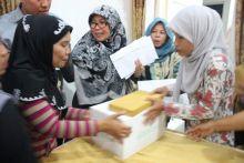 Disponsori Wardah, 100 Paket Sembako Diserahkan Untuk Warga Padang Timur