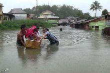 Dramatis... Warga Evakuasi Bayi Korban Banjir di Bukittinggi dengan Kulkas Bekas
