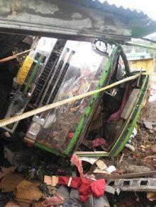 Truk Pengangkut Pasir Besi Ini Terguling dan Hantam 4 Rumah Warga di Perbatasan Padang Panjang