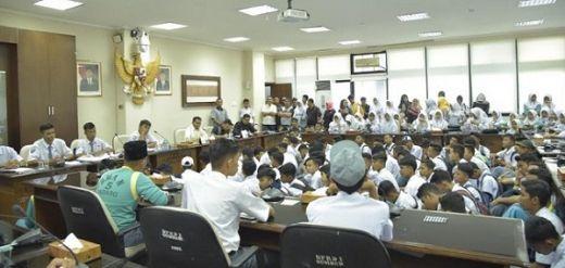 Ratusan Siswa SMAN 5 Padang Datangi DPRD Sumbar, Minta Kepsek Diganti