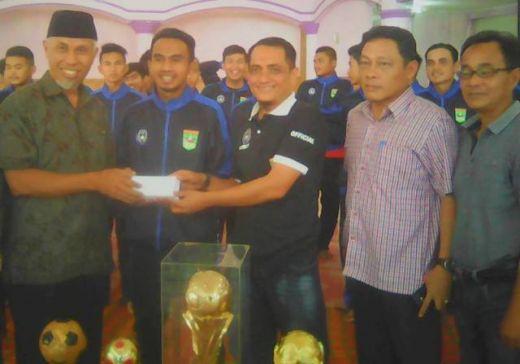 Walikota Tepati Janji, Koto Tangah Diguyur Bonus Pasca Juara Irman Gusman Cup