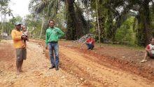 Anggota DPRD Dharmasraya Perbaiki Jalan Rusak di Transmigrasi Sungai Kabut Dua