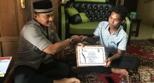Selamatkan Bayi Hanyut, Pemuda Solok Selatan Dihadiahi SIM dari Kapolres