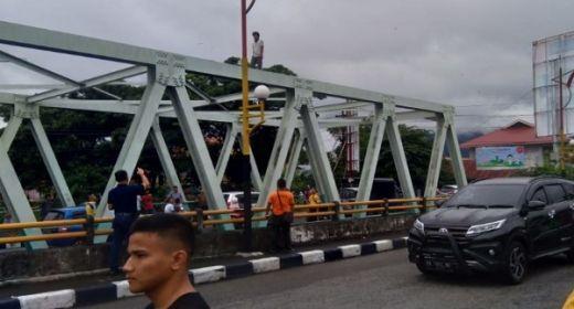 Dibujuk dengan Rokok dan Uang Rp50 Ribu, Pria Ini Batal Terjun dari Jembatan Andaleh Padang
