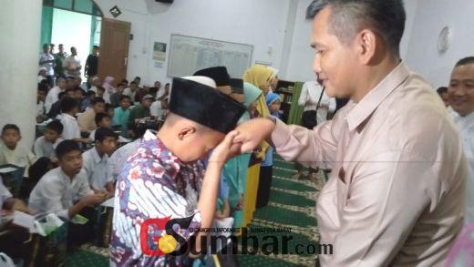 Danrem 032 Wirabraja Serahkan Bingkisan dan Bantuan pada Anak Yatim dalam Pisah Sambut Dandim 0304 Agam