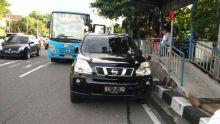 Bikin Heboh, Mobil Mewah Siapa yang Parkir di Depan Halte Trans Padang?