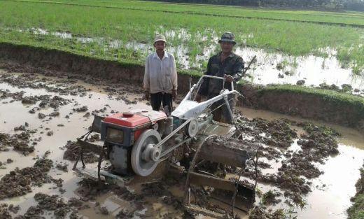 Bersama Petani, Aparat TNI Turun ke Sawah Membajak Tanah di Lengayang Pesisir Selatan